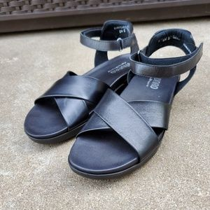 Munro smooth black leather criss cross sandals 8.5